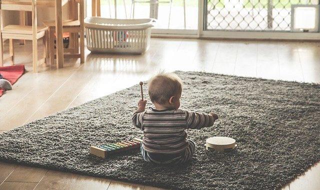 Baby mit Xylophon und Tambourin