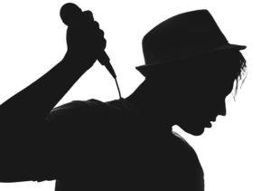 Silhouette Mann mit Hut und Mikrophon