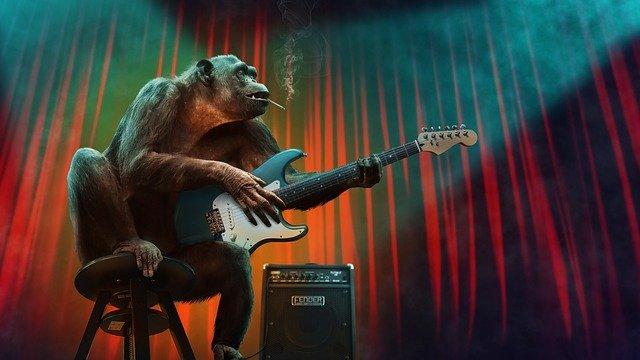 rauchender Schimpanse spielt elektrische Guitarre