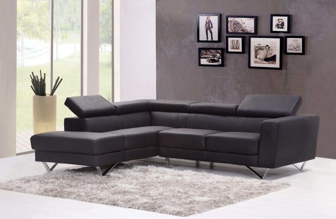 schwarzes Ecksofa in modernem Wohnzimmer